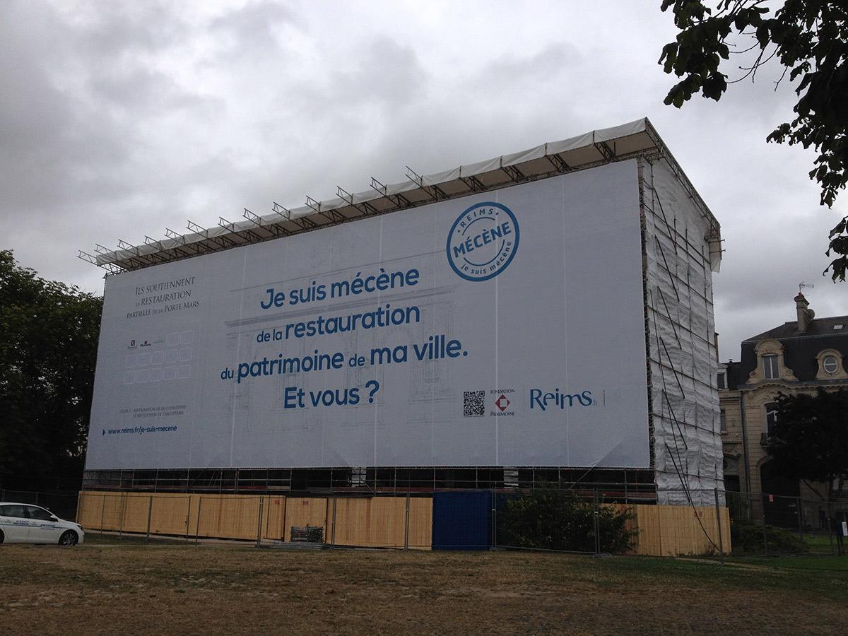Échafaudage parapluie rénovation monument à Reims